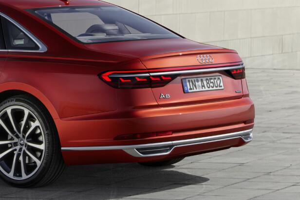 LYSLIST: Med A8 har Audi innført en LED-lyslist mellom baklysene . Foto: Audi