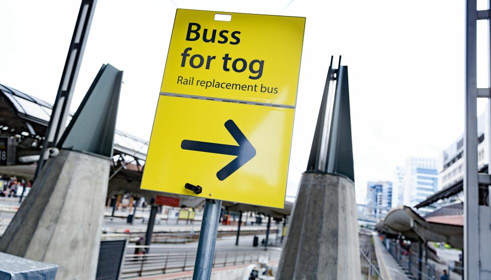 TRADISJON: Buss for tog om sommeren er nærmest blitt tradisjon. Men vedlikeholdet som utføres er nødvendig. Foto: Krister Sørbø / NTB scanpix