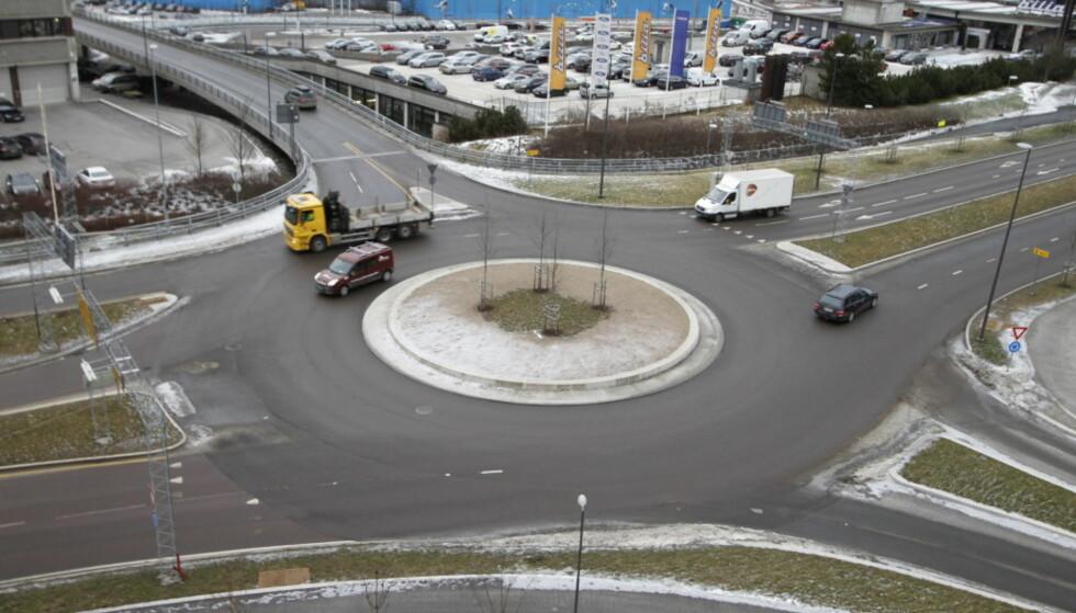 RUNDKJØRING: Det er stor uenighet om hvordan man skal gi tegn i en rundkjøring. Mange dropper dessuten å signalisere i det hele tatt, noe som gir dårlig trafikkflyt. Foto: Magnus Arnkværn