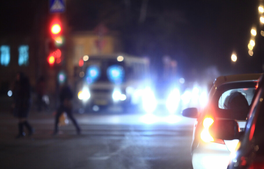 FEIL BRUK AV LYS: Spesielt i vinterhalvåret er det viktig å bruke riktig lys på bilen. Illustrasjon: Shutterstock / NTB scanpix