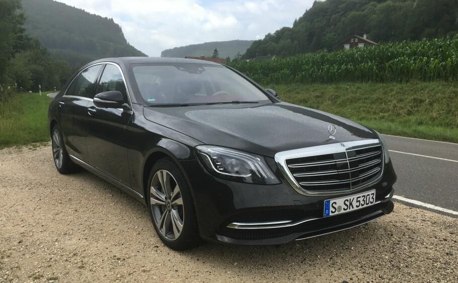 STASVOGN: Med nye S-klasse la Mercedes-Benz lista skyhøyt da den ble lansert i 2013. Men de andre premium-produsentene har gjort fremskritt på sin side, og med den fornyede S-klassen overgår Mercedes både seg selv og de fleste andre. Foto: Knut Moberg