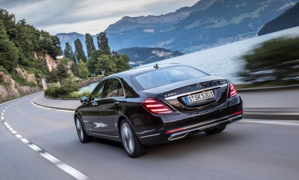 SOM PÅ SKINNER: Mer retningssikker enn en S-klasse, også i høy hastighet, finnes ikke utenom jernbaneskinnene. Her, en av våre testbiler, S 400 D. Foto: Daimler