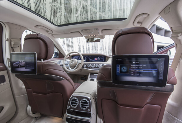 INFO OVERALT: Man kan velge mellom separat eller felles grensesnitt foran og bak og betjening av de såkalte infotainment-funksjonene kan også foregå bak, via egen telefon eller bilens system. Foto: Daimler