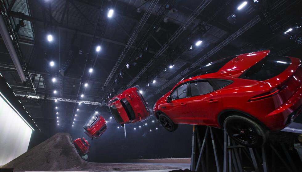 ORIGINAL LANSERING: Her setter Jaguar ny verdensrekord i såkalt barrel roll for produksjonsbiler med den splitter nye kompaktsuven E-Pace. Foto: Jaguar