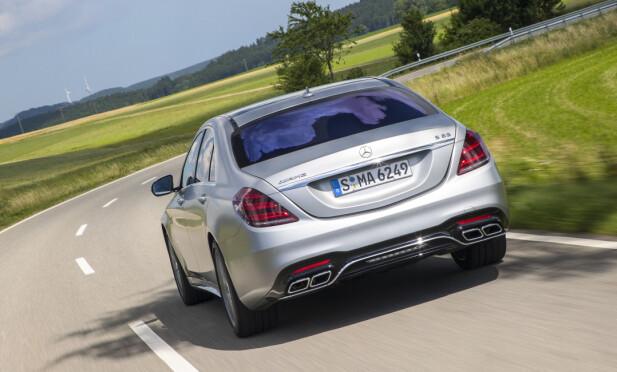 FLAT OUT: S 63 forserer svingene så man glemmer fullstendig at den veier to tonn! Foto: Daimler