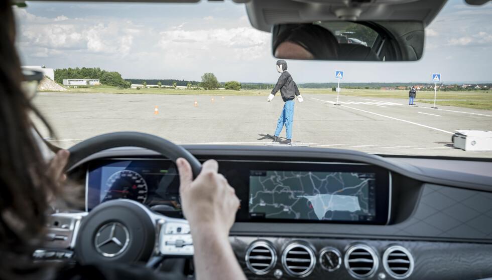 SIKKER: Selvsagt har S-klasse alt tilgjengelig av sikkerhetssystemer - som det som hindrer deg i å kjøre på en fotgjenger. Foto: Daimler