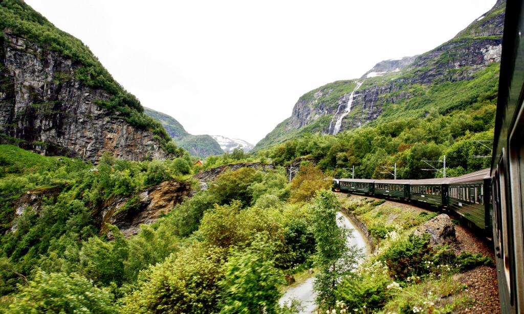 FLÅMSBANEN: Det går tog gjennom den vakre naturen i Aurlandsdalen. Foto: Sara Johannessen / SCANPIX