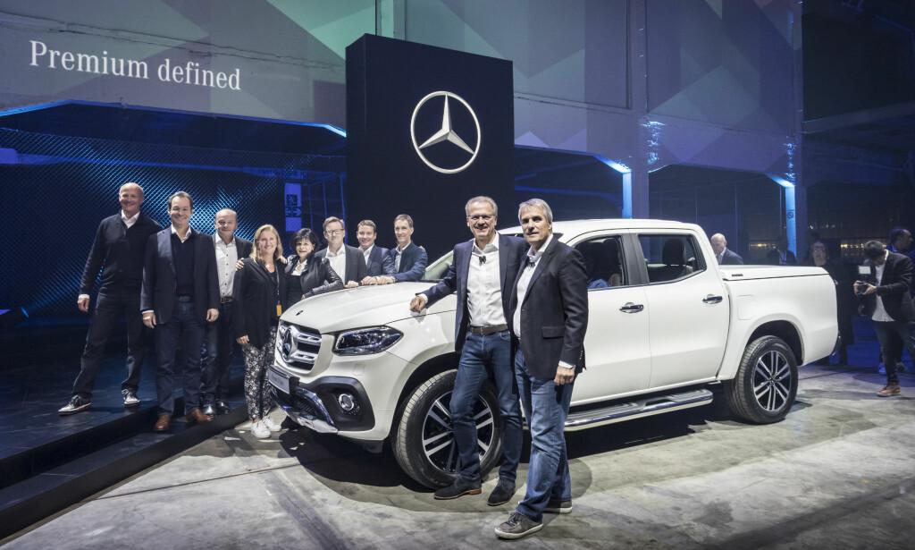 MED BRASK OG BRAM: Her lanserer Mercedes-Benz sin første mellomklasse-pickup under navnet X-klasse. Avdukingen fant sted under et lanseringsarrangement i Cape Town, Sør-Afrika. Foto: Daimer