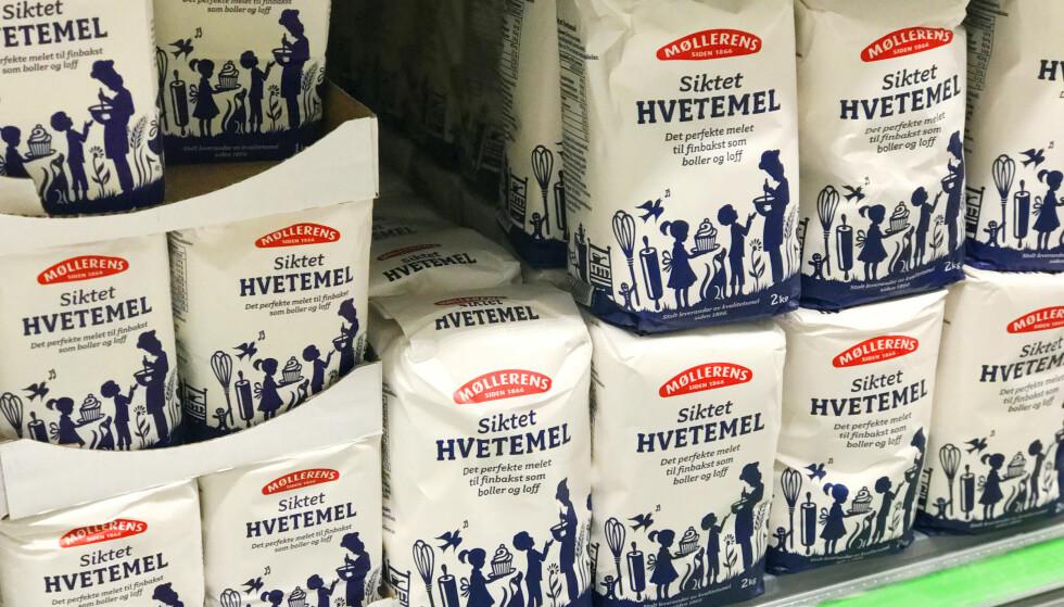 <strong>SAMME PRIS:</strong> I samtlige butikker vi har vært innom koster det like mye per kilo for hvetemel, uavhengig om du velger en eller to kilo. Foto: Hanna Sikkeland.
