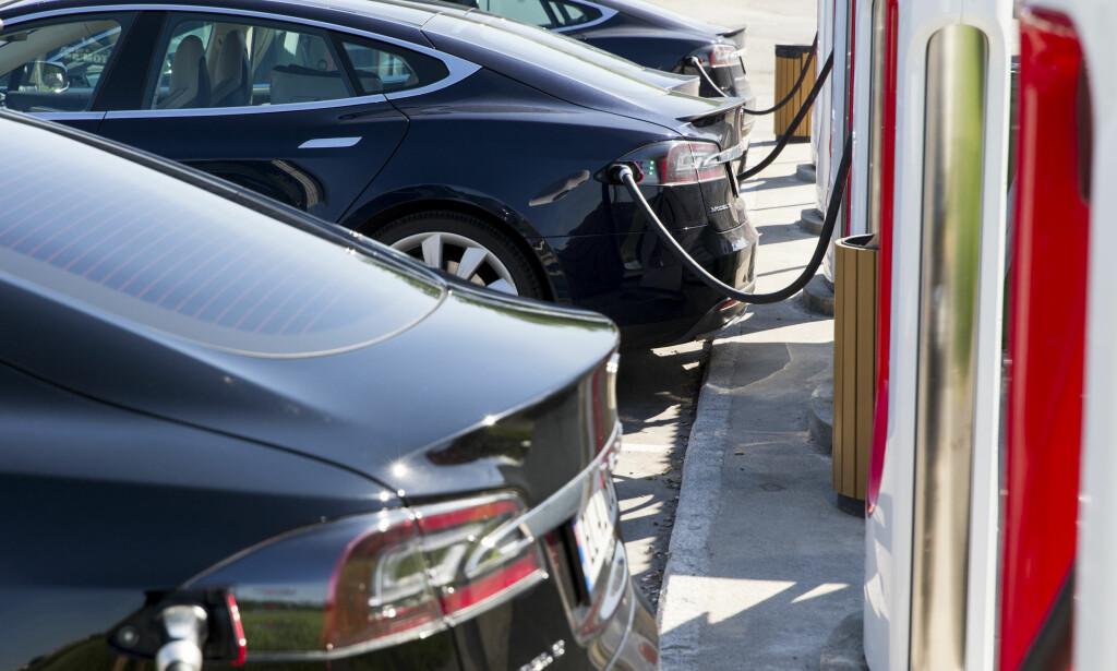 LADING AV ELBIL: Flertallet av elbilistene vil betale mindre enn hva det koster å hurtiglade bilen i dag. Foto: Tore Meek / NTB scanpix