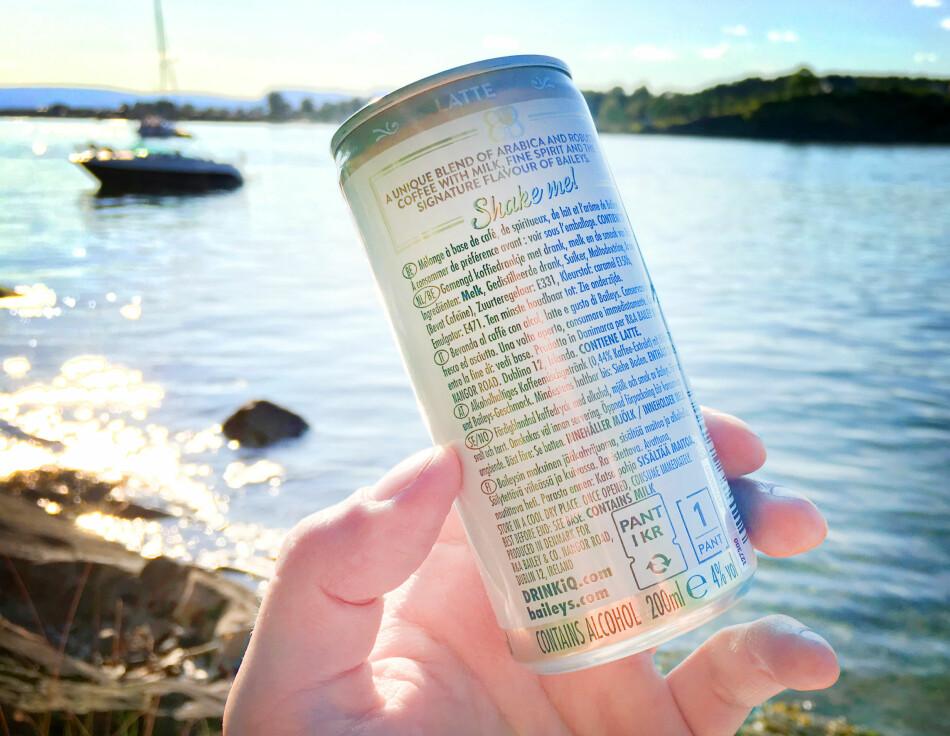 INGENTING PÅ NORSK: Informasjonen på denne boksen Baileys-iskaffe omfatter en rekke språk. På nederlandsk listes ingrediensene opp, men ikke på norsk. I Norge kreves det nemlig ingen slik informasjon på alkoholvarer. Foto: Ole Petter Baugerød Stokke