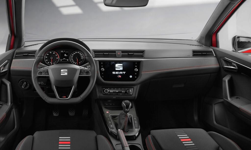 RETTE LINJER: Interiøret i Seat Arona er renskårent oversiktlig med sentral såkalt black panel-skjerm som grensesnitt til multimedia-systemene. Foto: Seat