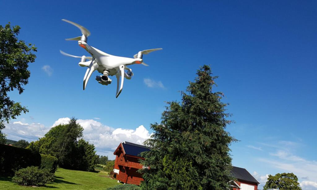 FOR NÆRT? Holder du ikke avstand til folk, bygninger eller trafikk, kan du få et forelegg av politiet, og få dronen inndratt. Her fra en test av DJI Phantom 4. Foto: Pål Joakim Pollen