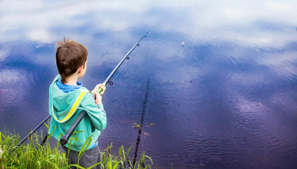 GRATIS FOR BARN: Det er i prinsippet gratis å fiske for barn i Norge, men det fins noen unntak. Dessuten kan det kreves at barnet skaffer seg fiskekort der det er påkrevd, men som altså er gratis. Foto: NTB Scanpix