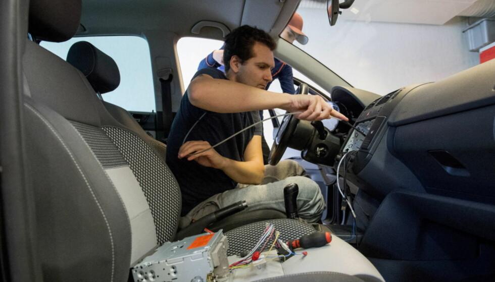 ETTER ALLE KUNSTENS REGLER: Art Garibian (foran) og Gezim Xani hos Strømmen Bilradio jobber med å oppgradere biler med FM-radio til DAB+. Men det finnes enklere og billigere løsninger, om du er villig til å fire litt på utseende og brukervennlighet. Foto: Arne V. Hoem/Dagbladet
