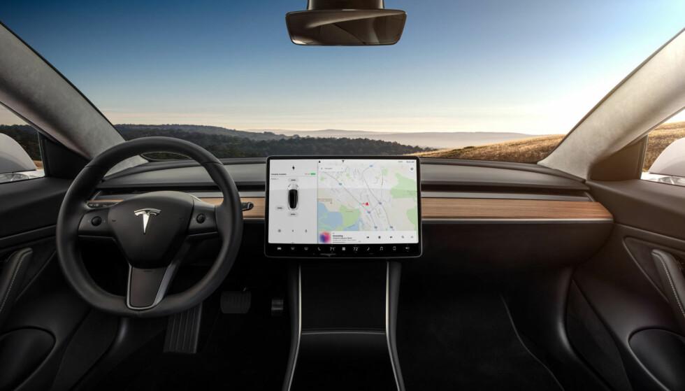 Én skjerm: Model 3 får en skjerm som viser alt, mot to i Model S. Foto: Tesla