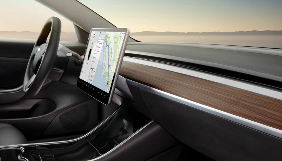<strong>RENSKÅRET:</strong> Interiøret i Model 3 har den mest minimalistiske design av noe førermiljø i bilverdenen. Foto: Tesla