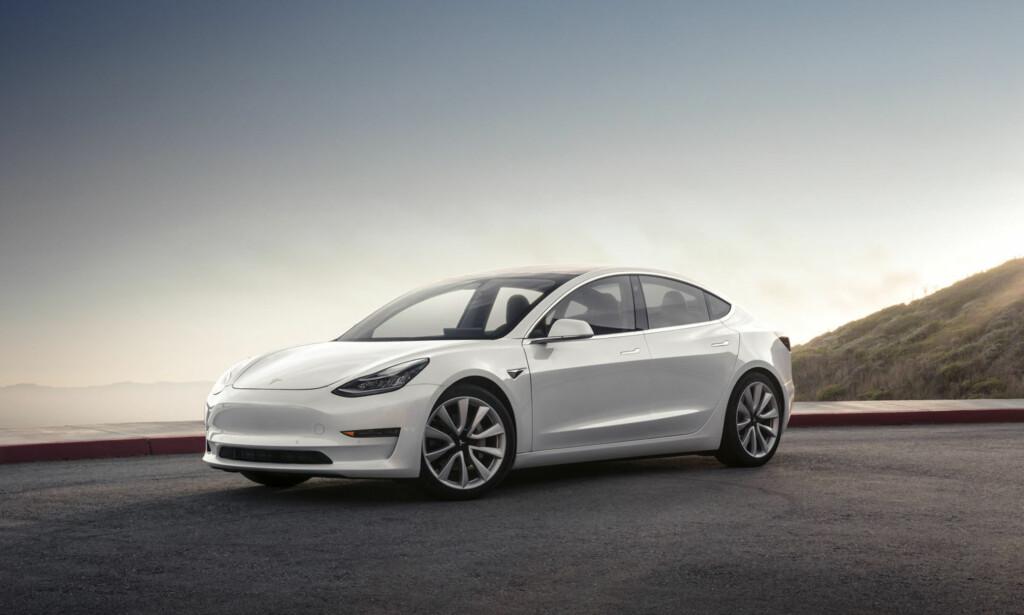 RENEST OGSÅ PÅ KULL: Studien fra Bloomberg konkluderer med at elbil har en klar utslippsfordel fremfor bensin- og dieselbiler også der kraftverkene går på fossilt brensel, og at fordelen bare vil øke i fremtiden. Bildet viser elbilen Tesla Model 3. Foto: Tesla