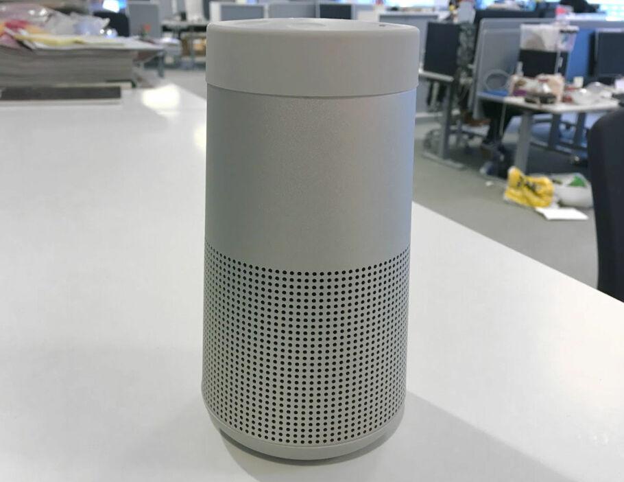 HER TRIVES DEN: Bose Soundlink Revolve sender lyden ut i 360 grader. Derfor bør den stå i god avstand fra vegger som kan reflektere lyden. Foto: Bjørn Eirik Loftås