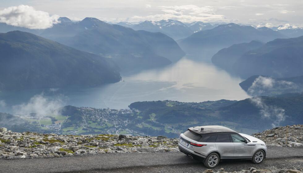 VAKKERT: Bilen står i stil til landskapet, synes vi... Foto: Land Rover