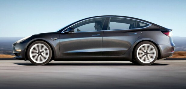 <strong>MINI-S:</strong> Selv om Model 3 er en mindre bil enn Model S, er det ingen liten bil. Størrelsesmessig og ytelsesmessig er det en konkurrent til BMW 3-serie, Audi A4 og Mercedes C-klasse. Foto: Tesla