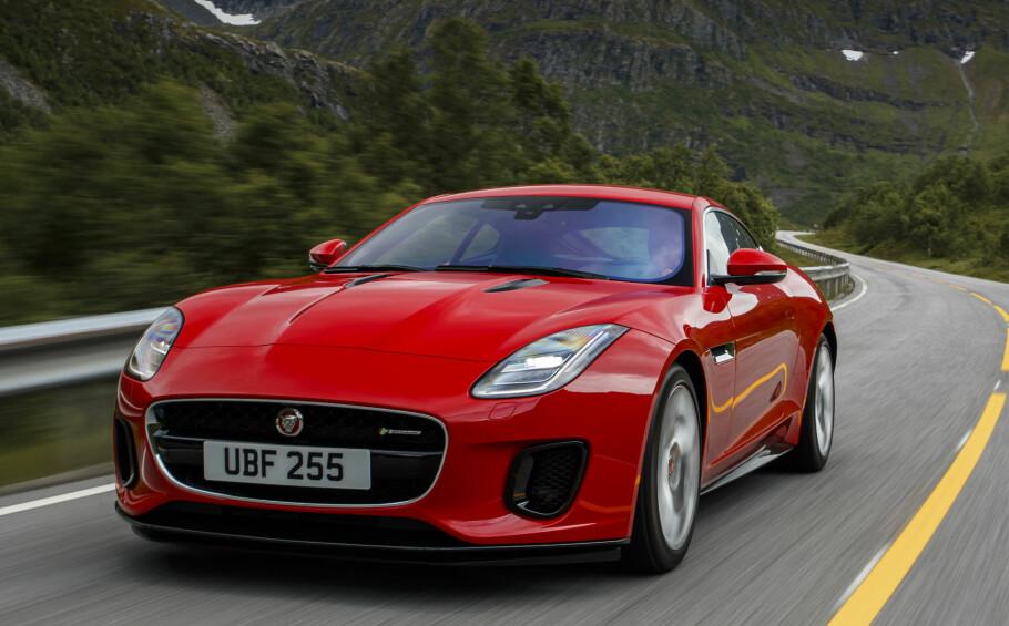 BILLIG: Samtidig med en forsiktig facelift på F-Type, lanseres den med en toliters firesylindret turbomotor på 300 hester. Den får nesten samme prestasjoner som minste V6-modell, men til en langt hyggeligere pris. Foto: Jaguar