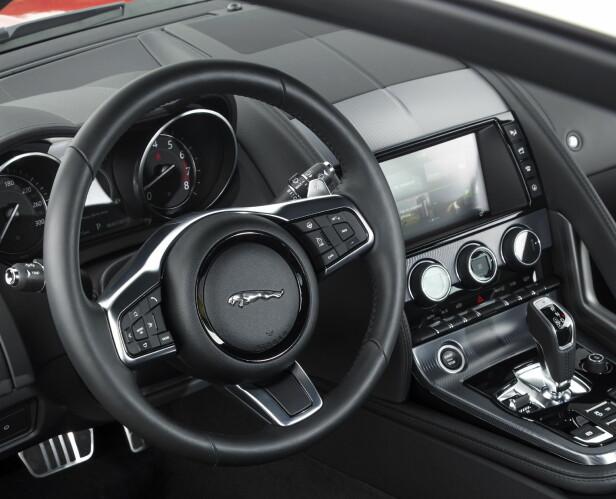 ENKELT OG KLASSISK: I enkelte biler stresser man ikke med digitalt instrumentpanel. F-Type er enkel innvendig, men infotainmentsystemet gir deg all moderne info. Foto: Jaguar