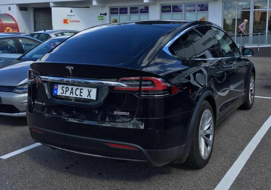 HVA MED BOMRINGEN? Dette er en elbil. Men eieren av denne Tesla Model X har valgt å gi den det personlige skiltet Space X - og vil dermed ikke automatisk identifiseres som elbil i bomringen. I og med at det ikke er tall/bokstavkombinasjon, er skiltet heller ikke nødvendigvis gyldig i andre land som har signert Wien-konvensjonen. Begge disse utfordringene finnes det heldigvis løsninger på. Foto: Jamieson Pothecary