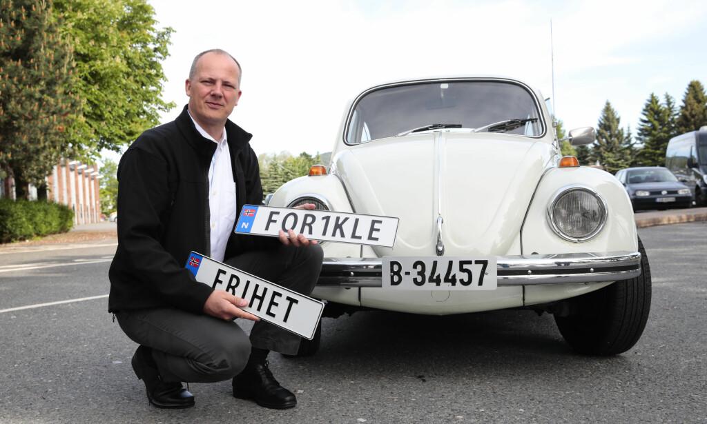 KLARE BUDSKAP: Samferdselsminister Ketil Solvik-Olsen (Frp) holdt pressetreff om personlige bilskilt på Risløkka trafikkstasjon i Oslo allerede i desember i fjor. Nå er de en realitet. Foto: Håkon Mosvold Larsen / NTB scanpix
