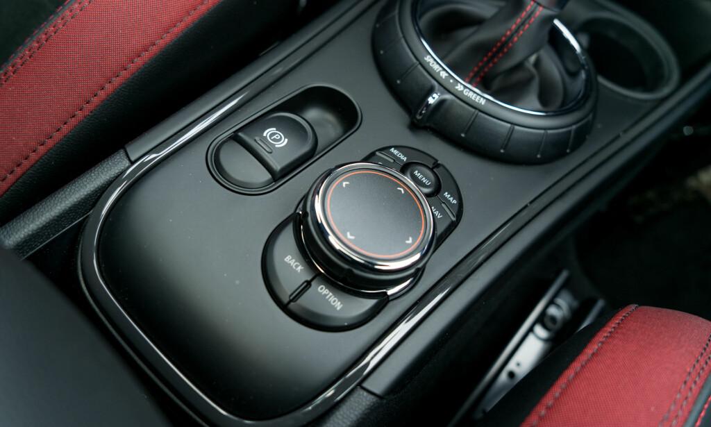 HIGH END: Det er mest vanlig med pekeskjerm i biler i denne prisklassen. Her finner du systemet fra BMW. Foto: Per Ervland
