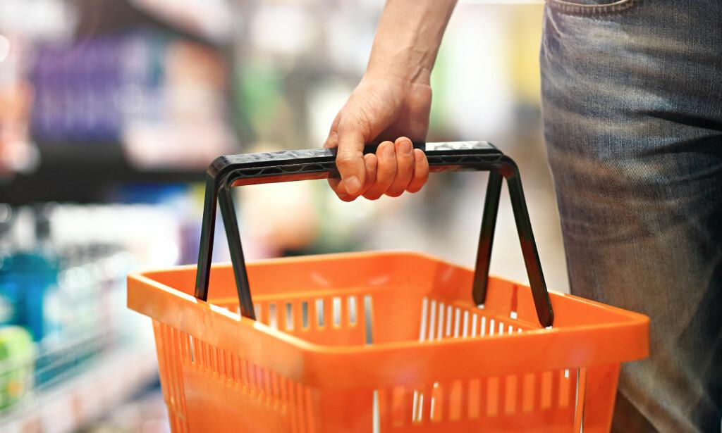 HVOR ER DET BILLIGST? Forbrukerrådets nye tjeneste skal gjøre det enklere å finne ut hvor dagligvarene er billigst. Foto: Shutterstock/NTB Scanpix