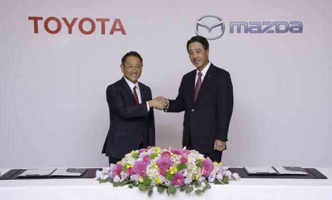 ALLIANSE: Toppsjefene i Toyota og Mazda forsterker samarbeidet mellom de to bilprodusentene. Foto: Mazda