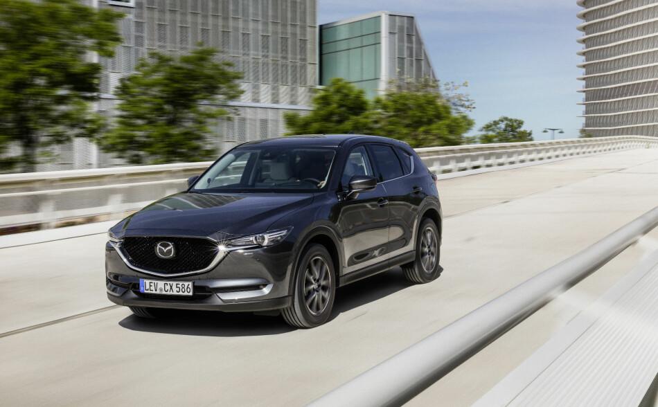EFFEKTIVT: I fravær av elektrifiserte modeller, jobber Mazda frem det som kan bli de mest effektive forbrenningsmotorene. Fremfor alt den hellige gral i motorverdenen: Bensinmotor som fungerer med selvantenning i sylindrene - som en dieselmotor. Bildet viser dagens CX-5, som fortsatt støtter seg tungt til dieselteknologi. Foto: Mazda