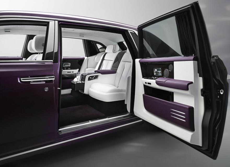 KONGELIG: Edle materialer, champagnekjøler og høyteknologisk kommunikasjon og underholdning, medbragt kunstgalleri ... I nye Rolls-Royce Phantom vil de heldige få kunne transporteres lydløst og i den ypperste komfort. Det nye flaggskipet er luksusbilenes ... Rolls-Royce. Foto: Rolls-Royce