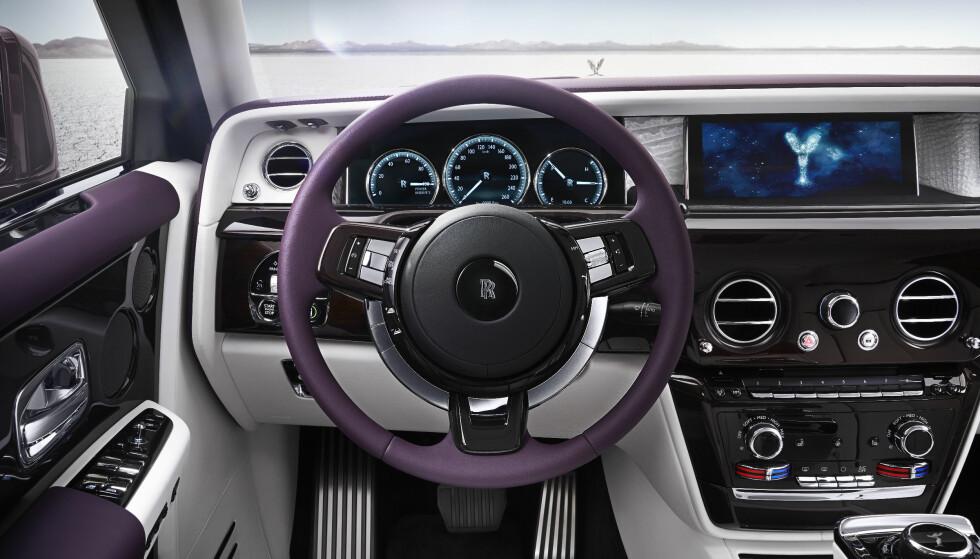 ANALOGT OG DIGITALT: Kundene vil ha tradisjonelle instrumenter og det får de. Likevel skorter det ikke på ny teknologi og digital multimedia i nye Phantom. Foto: Rolls-Royce