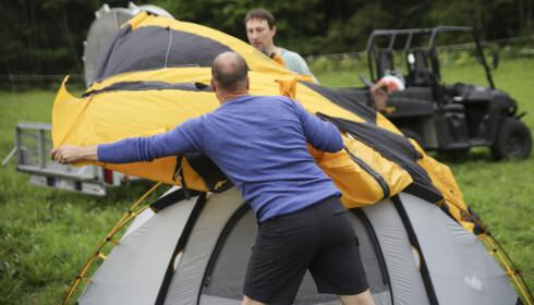 <strong>Kuppeltelt:</strong> De er stødige, men innerteltet må settes opp før ytterduken kan legges på. Det er ikke alltid heldig når det regner og blåser. Foto: Øivind Lie-Jacobsen