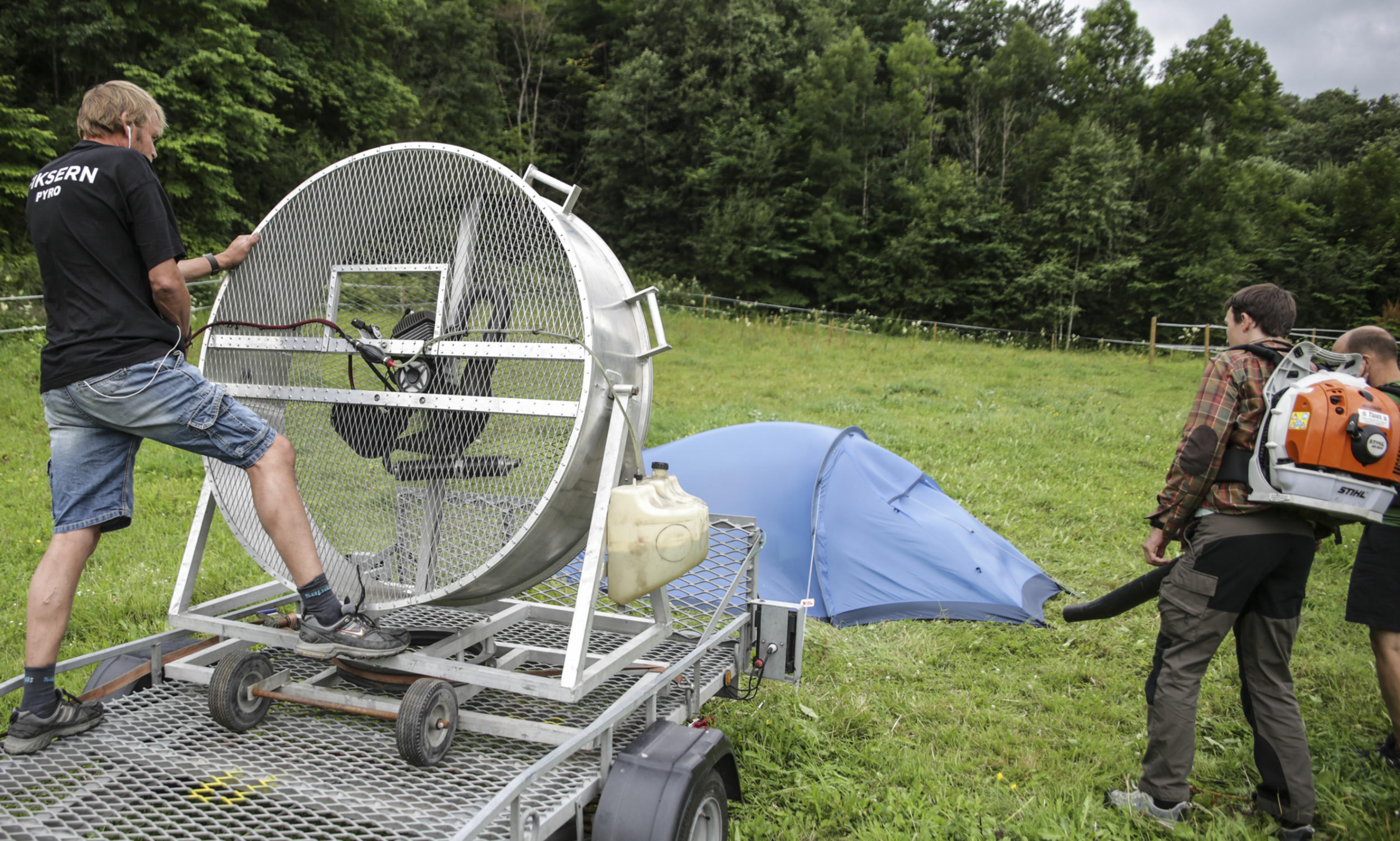 Mye vind: For å teste hvor vindstabile teltene var brukte vi vindmaskin og løvblåsere. Foto: Øivind Lie-Jacobsen