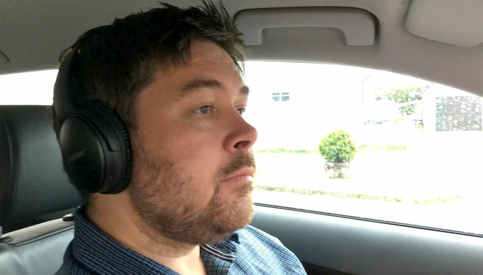 ADVARER: Kjører du med hodetelefoner over ørene? Det kan føre til at du bryter Vegtrafikkloven paragraf 3. Aller farligst er støydempende hodetelefoner som på bildet, ifølge Trygg Trafikk. Foto: Bjørn Eirik Loftås