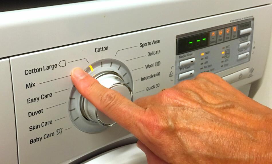 PASS PÅ HER: Bruk det vaskeprogrammet som er benyttet ved fastsettelse av energimerket. Det er merket med en slik pil som du ser på bildet. Velger du et annet program for samme type vask, bruker samme maskin opptil 88 prosent mer energi - og 70 prosent mer vann. Foto: Kristin Sørdal