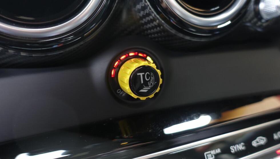 SELVBESTEMMELSE: Når du slår av Tractioncontrol begynner det å lyse rundt denne knappen. Jo mer du vrir til venstre, jo mer er du overlatt til deg selv. Foto: Rune M. Nesheim