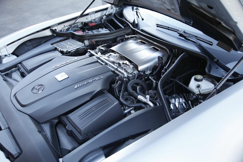 Motoren har fått andre turboer, wastegater, eksosventiler, karboninnsug og annen kompresjon for å få mer effekt. Foto: Rune M. Nesheim