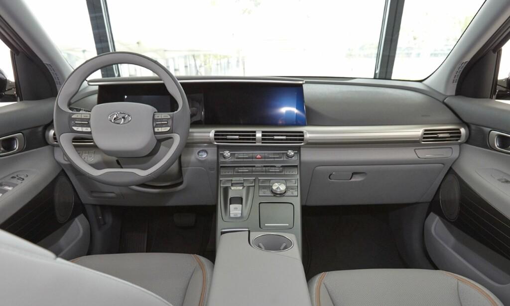 ENKELT OG RENT: Førermiljøet i Hyundais hydrogenbil inneholder ingen visuelt forstyrrende elementer å snakke om. Foto: Hyundai