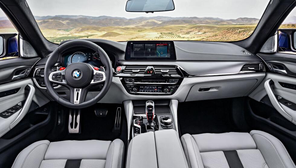 INNE I M: Nye M5 signaliserer med all tydelighet sin sportslighet med røde detaljer som girhendlene på rattet og startknappen.