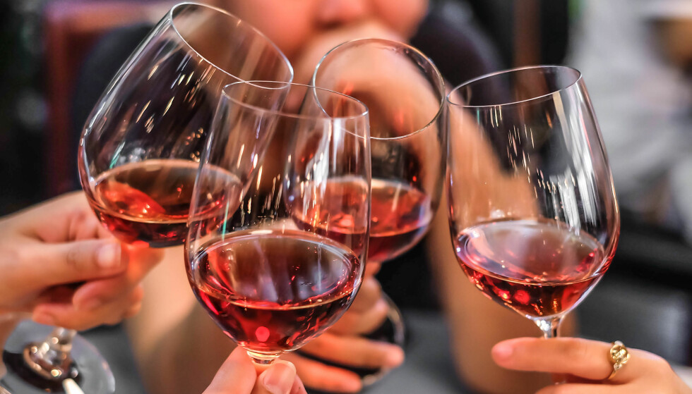 INGENTING Å SKÅLE FOR? Prisnivået på alkohol og tobakk i Norge er høyest i hele Europa. Foto: Shutterstock/NTB Scanpix