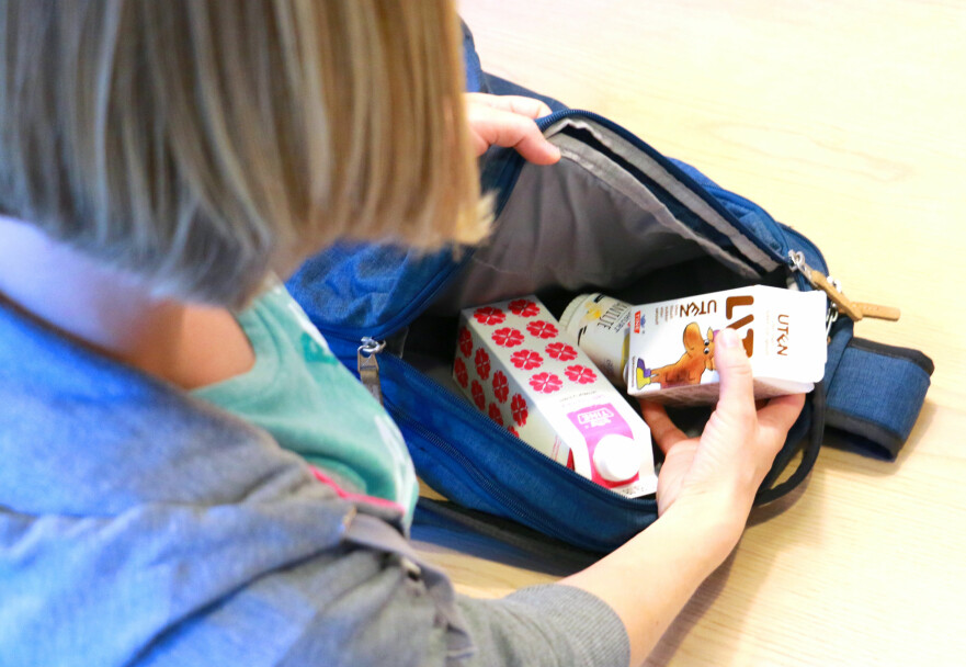 HVOR LENGE HOLDER DET SEG BRA? Kan du sende med yoghurt og melk hjemmefra uten at melka blir sur før spisetid? Eller hva med skolemelk og annet som kommer i retur etter endt skoledag: Kan du spise eller drikke det seinere eller er det bare å kaste? Foto: Kristin Sørdal