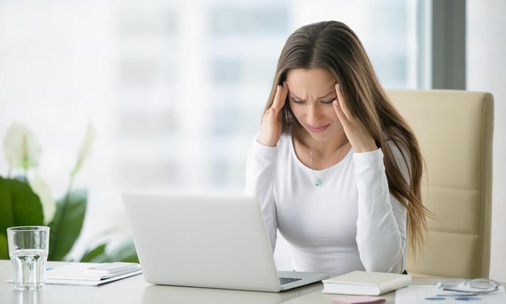 PLAGER: Noen opplever både hodepine, søvnløshet og angst når de befinner seg i rom med mye trådløs elektronikk. Den etablerte forskningen er likevel klar på at det ikke er noen direkte sammenheng. Foto: Fizkes/Shutterstock/NTB scanpix