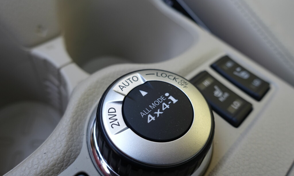 VALGFRITT: I 2WD-modus er bilen forhjulsdrevet. I Auto-modus trekkes bakhjulene inn ettersom hvor mye behov det er – inntil 50-50-fordeling. I Lock-modus låses det til 50-50-fordeling mellom for- og bakhjul opp til 40 km/t. Foto: Rune M. Nesheim