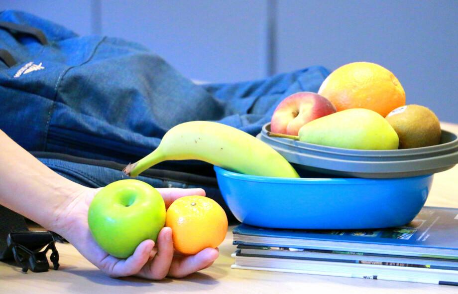 KUN EPLE OG KLEMENTIN ER BILLIGST: Kun eple og klementin er billigere på butikken enn via Skolefrukt-ordningen, ellers er frukten billigst via skolen. Men så er også eple den vanligste skolefrukten ... Foto: Kristin Sørdal