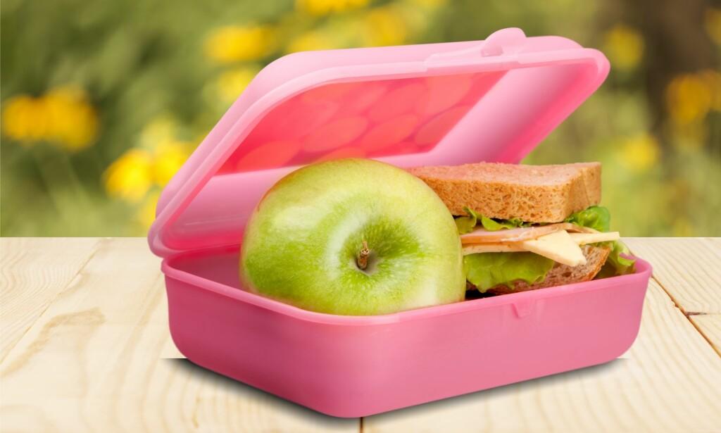 FRUKT I MATPAKKEN: Prisene på frukt varierer veldig, både med sesong, fra butikk til butikk og med priskampanjer. Derfor vil konklusjonen om hva som er billigst, variere. Om barnet ditt kun spiser epler, kan det lønne seg å kjøpe dem selv på butikken. Men da må de jo også huske å ta det med. Foto: Shutterstock/NTB Scanpix