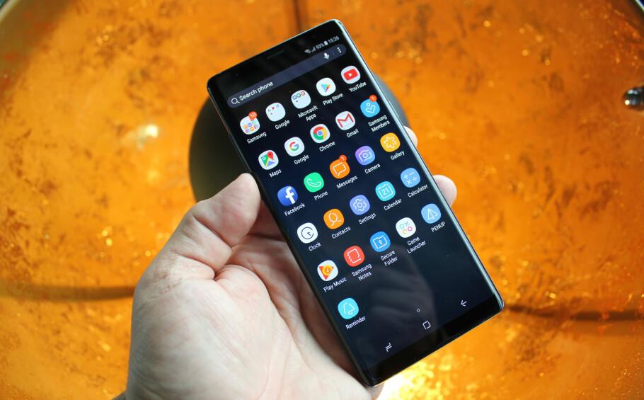 NESTEN BARE SKJERM: Kun et tynt felt nederst og øverst er ikke skjerm. Det skal gjøre Galaxy Note 8 ekstra interessant å tegne og ta notater på. Foto: Bjørn Eirik Loftås